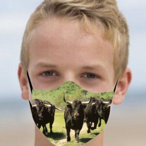 Mascarilla taurina con toros corriendo en la dehesa
