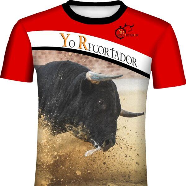 Toro embistiendo en plaza de toros